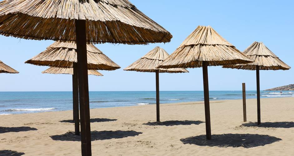 Päivänvarjoja rannalla